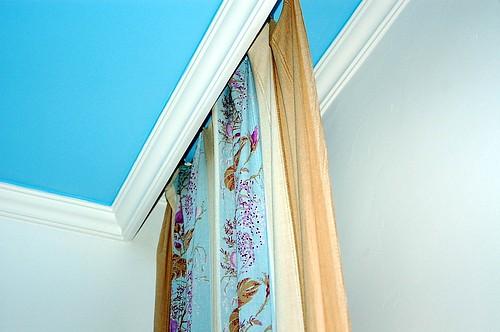 С помощью такой гипсокартонной ниши для карниза можно визуально увеличить высоту потолков в помещении.