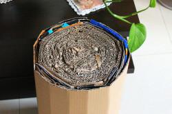 Как вариант можно сделать каркас для пуфа простым способом просто скрутить лист картона в рулон