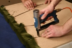 Обтяжки дивана строительным степлером