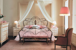 Балдахин, закрепленный над кованой кроватью, создаст еще больший комфорт и роскошь.