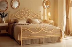 Благодаря четко выраженным линиям кованая кровать идеально списывается в любую спальню.