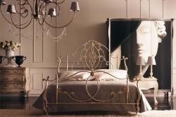 Кованую кровать, созданную в стиле романтизма, должны окружать вазы с цветами, картины с большими рамками и зеркала.
