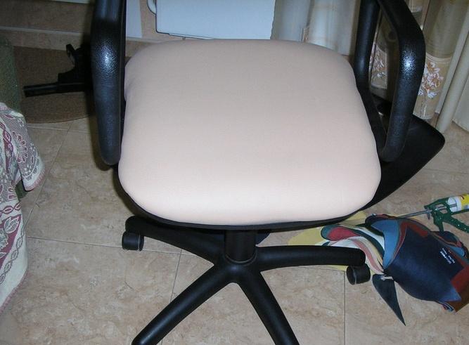 Старое компьютерное кресло с новой обивкой