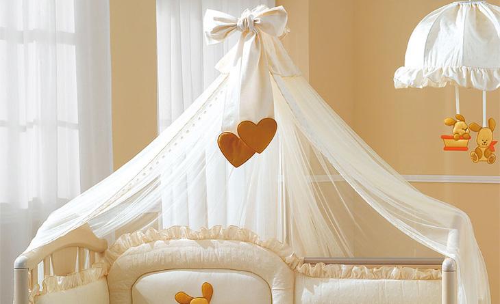 Балдахин бежевого цвета над кроваткой