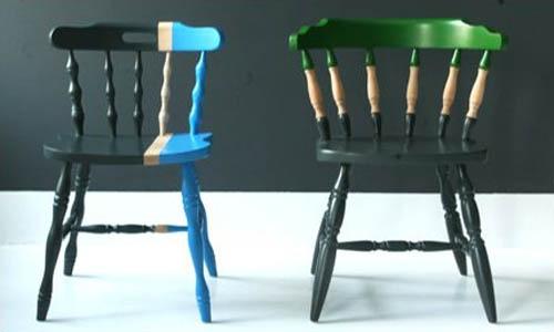 Крашенные стулья.