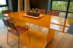 Обеденный стол из стекла.