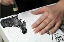 Для декорирования углов стола используйте трафарет и черную краску.