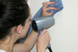 Если наклейка не затертая, ее можно убрать с помощью фена.