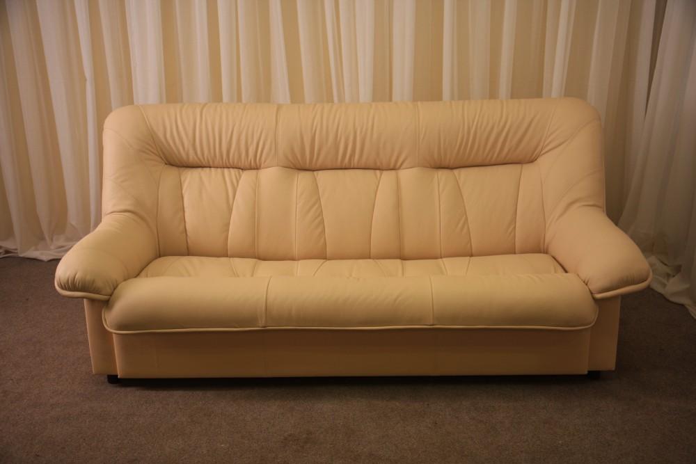 Обтянутый диван