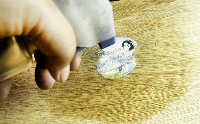 Старые наклейки на мебели значительно ухудшают их внешний вид. При их удалении необходимо быть аккуратным, чтобы не оставить потертости и царапины на поверхности.