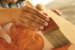 Нанесение связующей смеси на полировку мебели