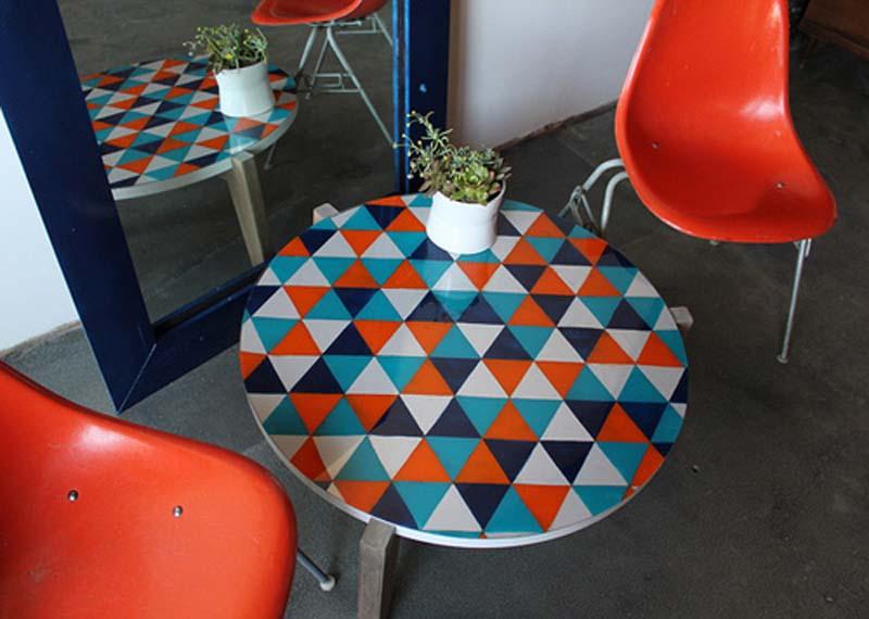 Стол с геометрическим рисунком