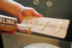 Поклейка плинтуса с помощью жидких гвоздей