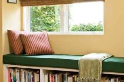 Расположение библиотеки под диваном-подоконником