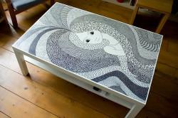 Отреставрированный старый стол с помощью росписи